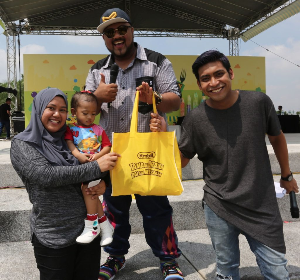 Lucky winner collects her prize from DJ Ray and DJ Haniff of ERA, at Pesta Makan-Makan Kimball.
