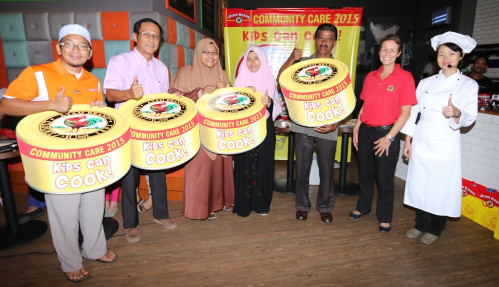(From R-L) Chef Loke, Miss Marie-Magali Falcoz, representative from Ayam Brand and the representatives from recipient homes at the Ayam Brand Kids Can Cook charity campaign in Pahang