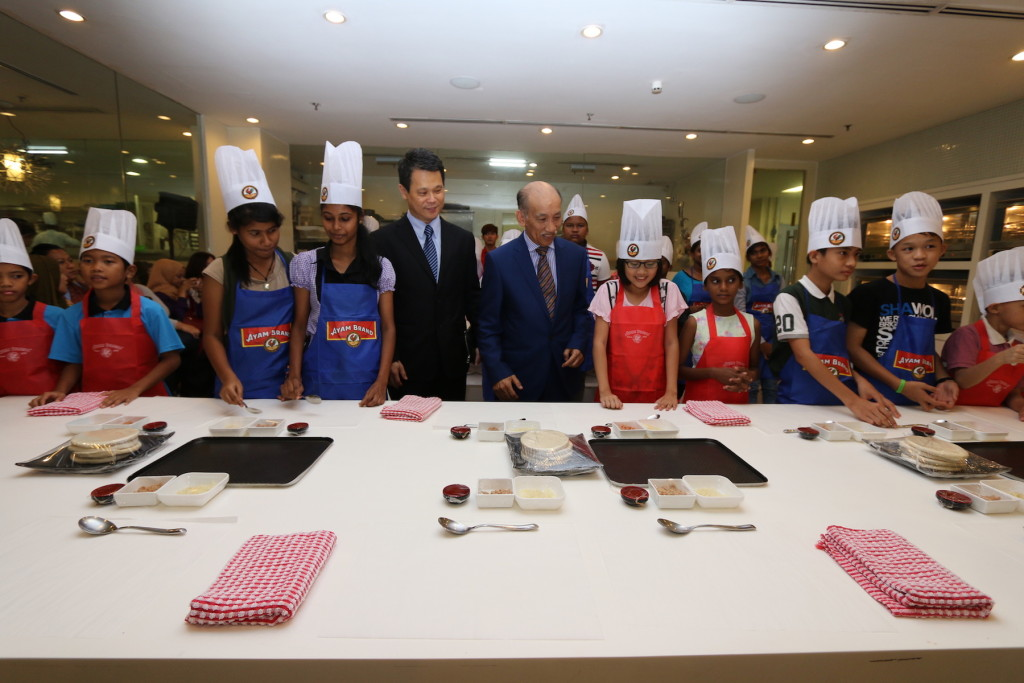 Tunku Dato' Mu Tamir Tunku Tan Sri Mohamed, Chairman of Ayam Brand, accompanied by Mr. Ting Seng Hee, CEO of Ayam Brand to visit the Ayam Brand Kids Can Cook workshop, organised in conjunction with the Ayam Brand Community Care 2015.