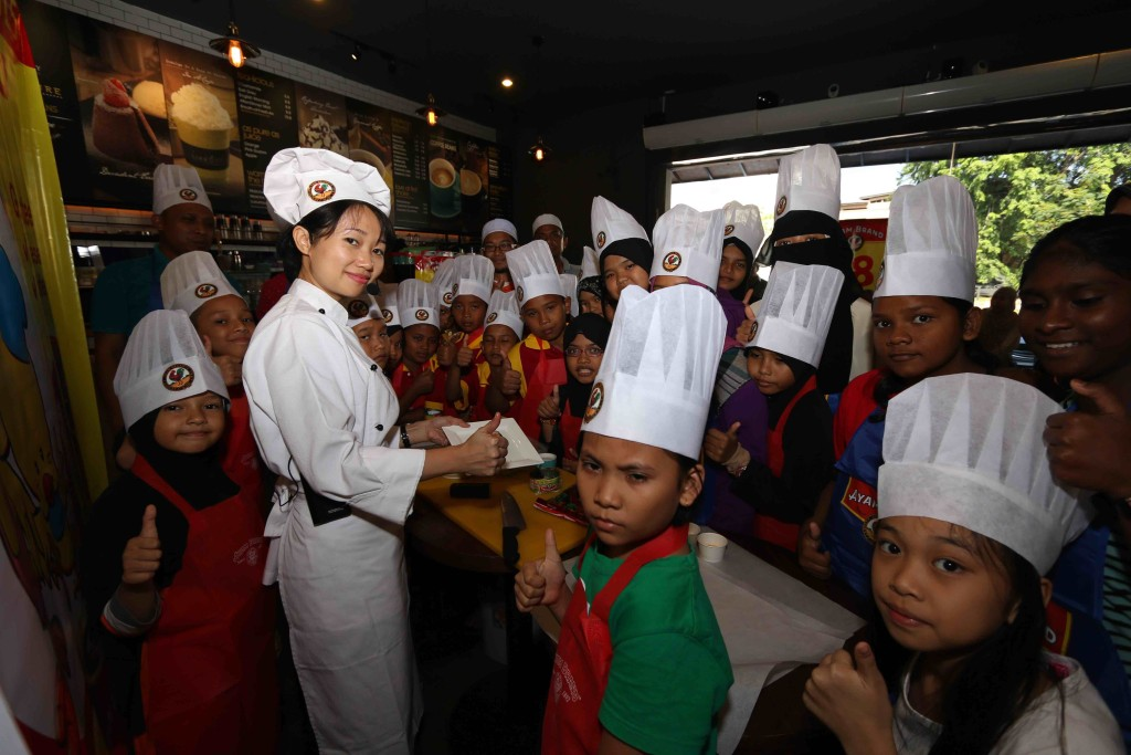 """Yes, we can"" . Chef Loke and children of the recipients home at Ayam Brand Kids Can Cook charity campaign in Pahang"