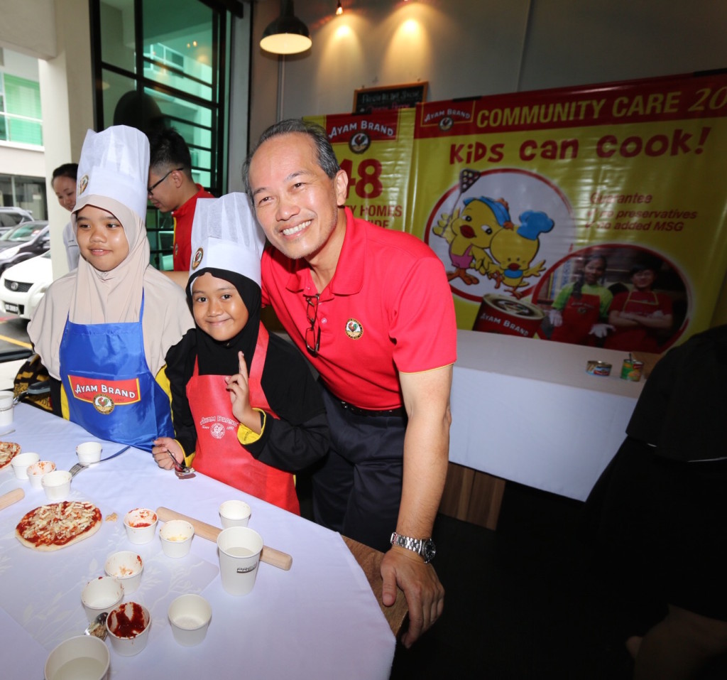 Stanley Wang, from Ayam Brand, working with the participants on recipe designed by Ayam Brand chef.