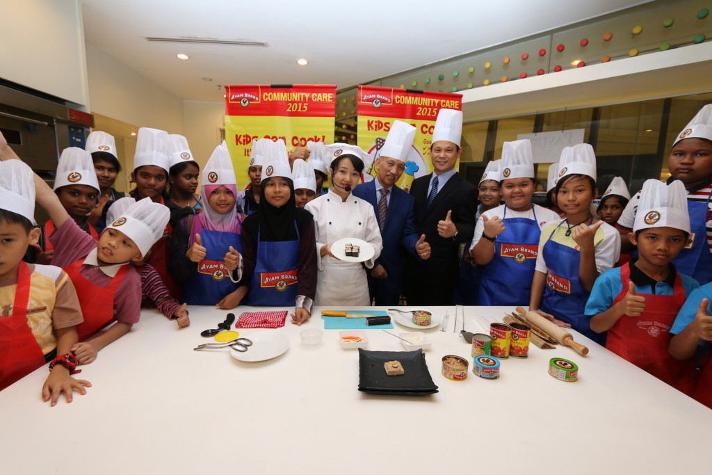 The participants of Ayam Brand Community Care 2015 Kids Can Cook workshop, encourage the healthy and tasty meals which can be made at home.