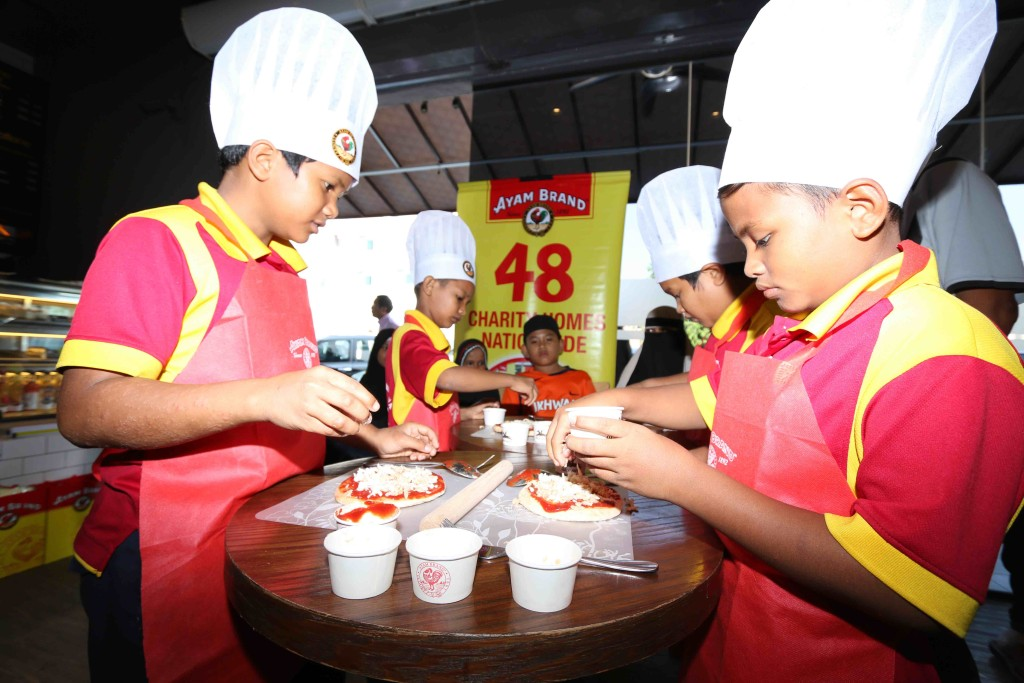 Children from PERMATA CAMAR preparing Ayam Brand Tuna Pizza