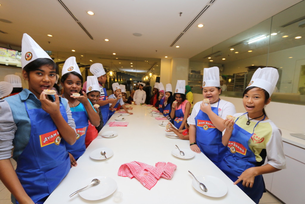 The participants of Ayam Brand Kids Can Cook workshop, learning from the professional chef on simple, healthy and tasty meals.