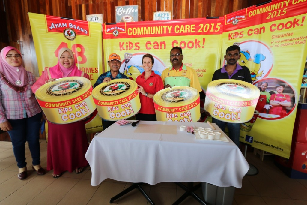 the recipient of Ayam Brand CSR initiative which took place in Negeri Sembilan. From left, Puan Nur Diana Murad, Represenative, Anak Yatim & Miskin Murad Foundation, Pn Ruzita, Operations Manager, Pertubuhan Anak Yatim Darul Aminan, Dato' Seri Amar DiRaja Ali Azizan, Chairman, Persatuan Kebajikan anak-anak Istimewa Harapan Negeri Sembilan, Ms Marie-Magali Falcoz, Ayam Brand Representative (in the middle), Mr Ganesan, Chairman, Persatuan Kebajikan Penjagaan Anak-anak Yatim, Orang Kurang Upaya dan Orang Tua and Brother Isaac, Care Taker, Rhema Children Welfare Home.