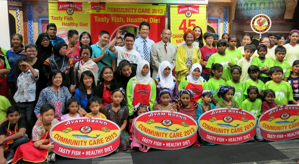Mr. Ting Seng Hee, Managing Director, Ayam Brand and Tunku Dato' Mu'tamir bin Tunku Tan Sri Mohamed, Ayam Brand Chairman, with all the recipient of Ayam Brand 'Tasty Fish, Healthy Diet' Campaign for Charity 2013