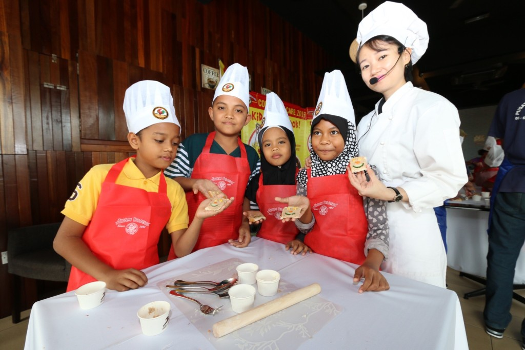 Chef Loke, showed the participants the simple and fun way to prepare an Ayam Brand sandwich
