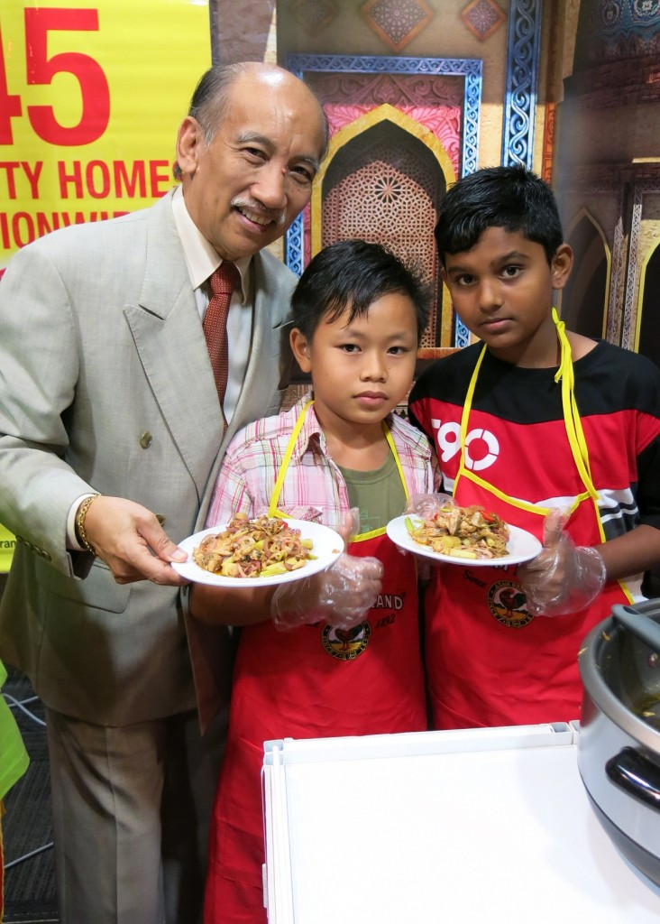 Tunku Dato' Mu'tamir bin Tunku Tan Sri Mohamed, Ayam Brand Chairman, posed with one of the participants of the annual CSR initiative