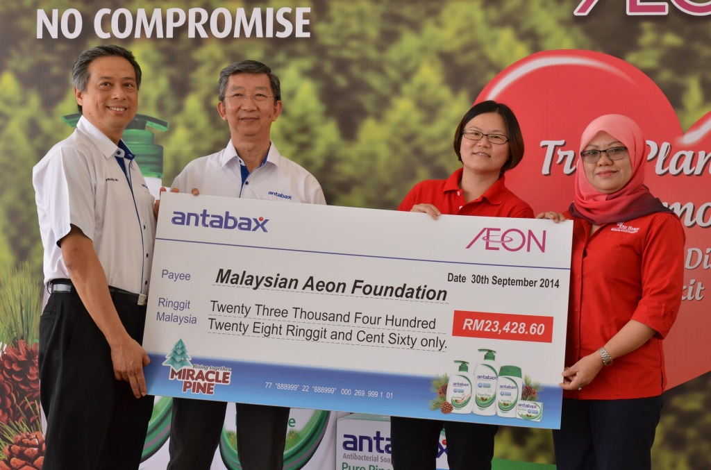 With All Our Hearts from Antabax, AEON & Lam Soon (L to R) Mr Francis Ng, General Manager, Household and Personal Care, Marketing Division, Lam Soon Edible Oils Sdn Bhd, Mr. Neoh Poay Eong, General Manager, Lam Soon Edible Oils Sdn Bhd, Ms. Pua Poi Tuan, Senior Manager, Grocery, Non Food & HBC Foodline Merchandising Division and Puan Nor Laila Mohd Samin, Senior Manager, Corporate Communication & Branding, & The Secretariat of Malaysian AEON Foundation.