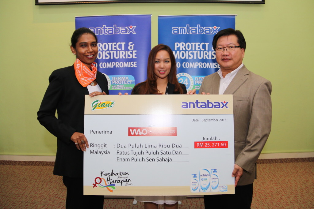 AO's Executive Director, Ms Sumitra Visvanathan receiving the donation from GCH Retail (M) Sdn Bhd, General Manager of Marketing, Ms. Norine Erica Majaman and Lam Soon Edible Oils Sdn Bhd , Executive Director, Sales & Marketing, Mr. Allan Khong