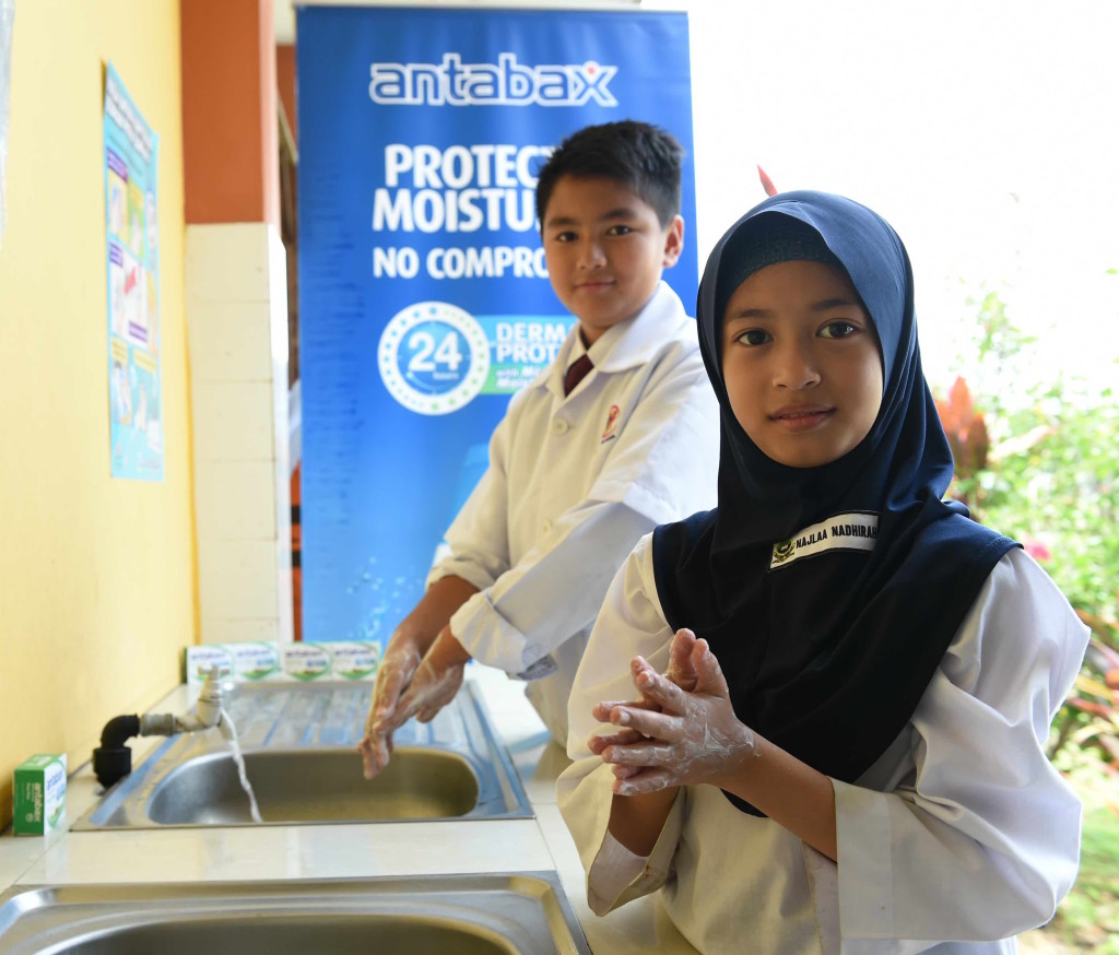 The students of SK Semerah Padi learning the proper hand washing in conjunction with the launch of Antabax National Hygiene Campaign 2015