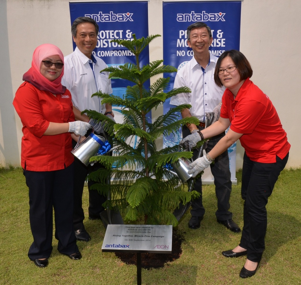 Rising together (L to R) Puan Nor Laila Mohd Samin, Senior Manager, Corporate Communication & Branding, & The Secretariat of Malaysian AEON Foundation, Mr Francis Ng, General Manager, Household and Personal Care, Marketing Division, Lam Soon Edible Oils Sdn Bhd, Mr. Neoh Poay Eong, General Manager, Lam Soon Edible Oils Sdn Bhd and Ms. Pua Poi Tuan, Senior Manager, Grocery, Non Food & HBC Foodline Merchandising Division.