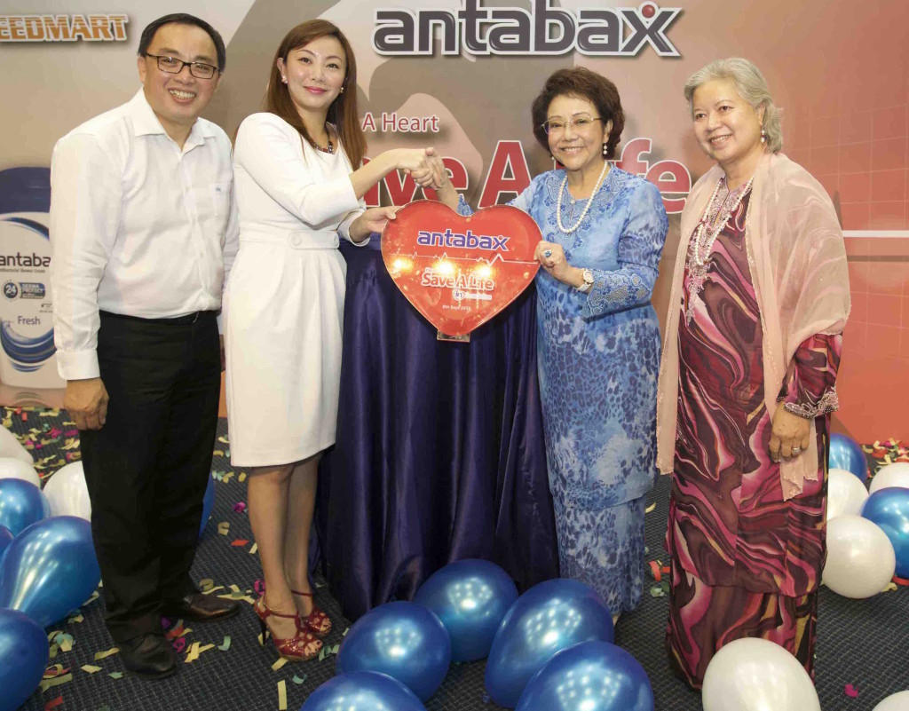 Mr Simon Yong Kin Onn, Director, Management Information System, 99 Speed Mart Sdn Bhd, Ms Angeline Sim, Group Product Manager, Household & Personal Care, Marketing Division, Lam Soon Edible Oils Sdn Bhd, Yang Amat Berbahagia Toh Puan Dato' Seri Dr. Hajjah Aishah Ong, Chairman, IJN Foundation, Yang Berbahagia Datin Julini Mohd Ali, IJN Foundation Fundraising Chairman, Member of the Board of Trustee