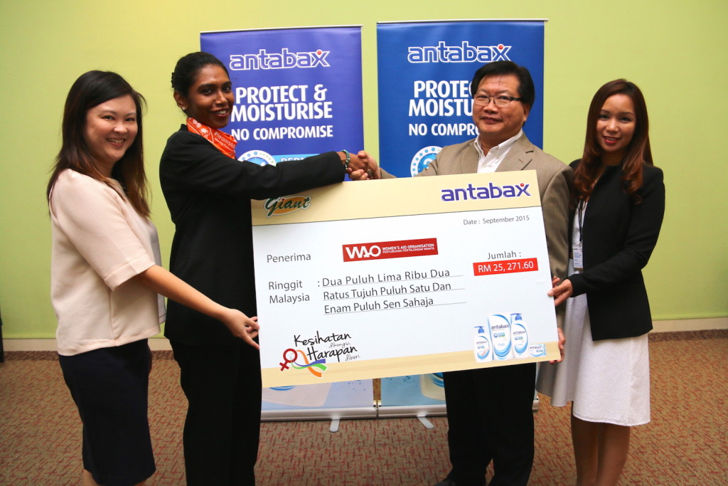 WAO's Ms Vivian Yap, WAO's Executive Director, Ms Sumitra Visvanathan receiving the donation from  Lam Soon Edible Oils Sdn Bhd , Executive Director, Sales & Marketing, Mr. Allan Khong and CGH Retail (M) Sdn Bhd, General Manager of Marketing, Ms. Norine Erica Majaman