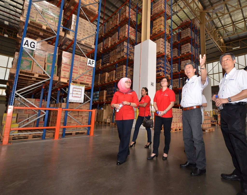 Touring Lam Soon green distribution centre (L to R) Puan Nor Laila Mohd Samin, Senior Manager, Corporate Communication & Branding, & The Secretariat of Malaysian AEON Foundation, Ms. Pua Poi Tuan, Senior Manager, Grocery, Non Food & HBC Foodline Merchandising Division being briefed by Mr. Neoh Poay Eong, General Manager, Lam Soon Edible Oils Sdn Bhd and Mr Francis Ng, General Manager, Household and Personal Care, Marketing Division, Lam Soon Edible Oils Sdn Bhd.