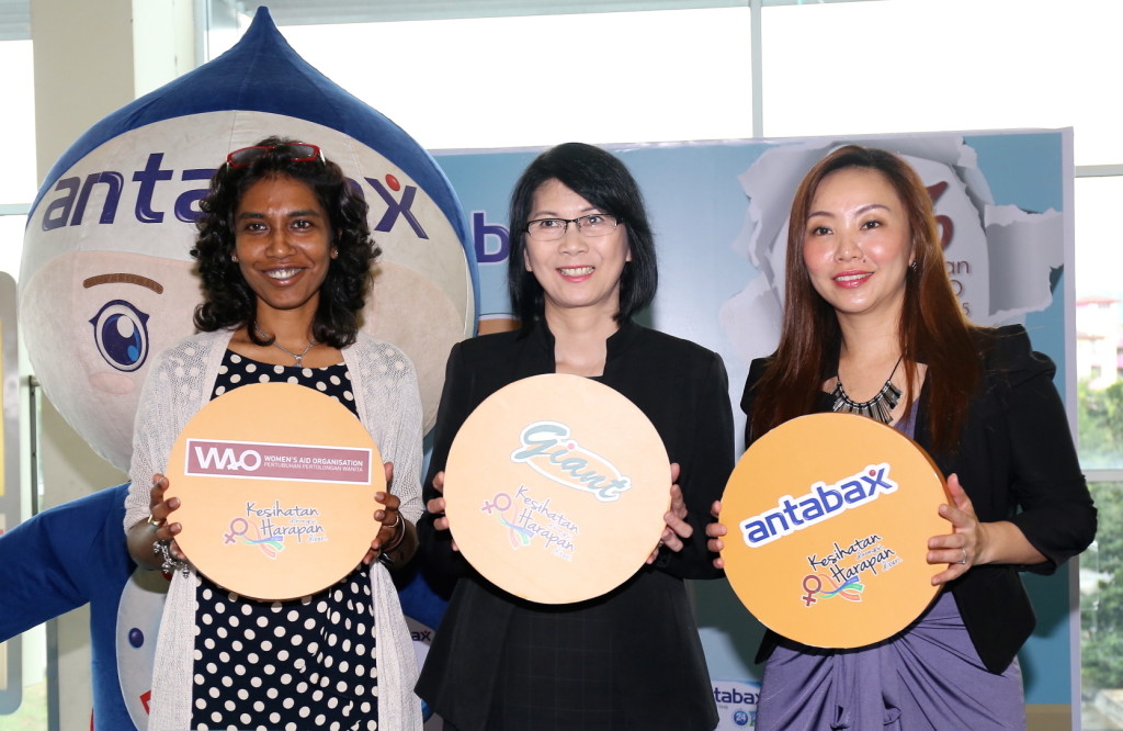 WAO's Executive Director, Ms Sumitra Visvanathan, Senior Category Manager, Merchandising-Health & Beauty of GCH Retail (M) Sdn Bhd, Ms Ellen Wong Ching May, Group Product Manager, Household & Personal Care, Marketing Division of Lam Soon Edible Oils Sdn Bhd, Ms Angeline Sim.