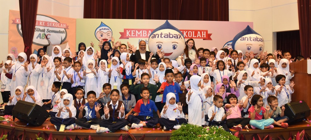 (From L to R) Director of Hospital Sungai Buloh, Dr. Khalid Ibrahim, Antabax Mascot GermBuster & Group Product Manager, Personal Care & Household, Marketing Division, Lam Soon Edible Oils Sdn Bhd, Ms Angeline Sim with students from SK Bandar Baru Sg Buloh,  SK Sg Buloh and SK Bkt Rahman Putra.