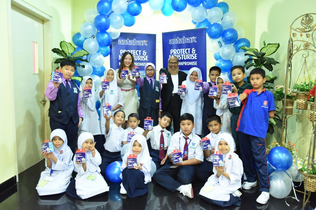 (From L to R) Director Of Hospital Sg Buloh, Dr. Khalid Ibrahim, & Group Product Manager, Personal Care & Household, Marketing Division, Lam Soon Edible Oils Sdn Bhd Ms Angeline Sim, introducing Antabax care kit specially design for students and parents.