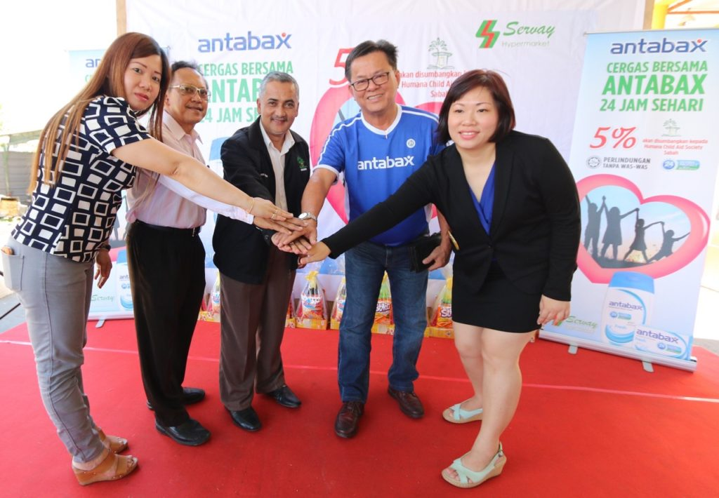 Joining hands for the Humana Child Aid Society Sabah, from both Antabax and Servay. [from left] Ms Judy Moh, Operation Manager of Servay Hypermarket, Dr. Jamal Kasturi, Chairman of Board of Governors, Humana, Jan Mohd Khan, Executive Director, Humana, Paul Voo, General Manager of Lam Soon Edible Oils Sdn Bhd, and Mandy Lee, Senior Brand Manager, Lam Soon Edible Oils Sdn Bhd.