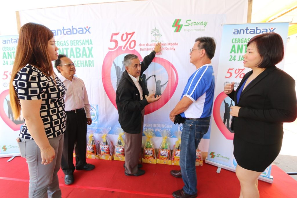 Jan Mohd Khan, Executive Director, Humana is seen giving overview of Humana's initiatives for children in Sabah to Paul Voo, General Manager of Lam Soon Edible Oils Sdn Bhd. [from left] Ms Judy Moh, Operation Manager of Servay Hypermarket, Dr. Jamal Kasturi, Chairman of Board of Governors, Humana and Mandy Lee, Senior Brand Manager, Lam Soon Edible Oils Sdn Bhd.