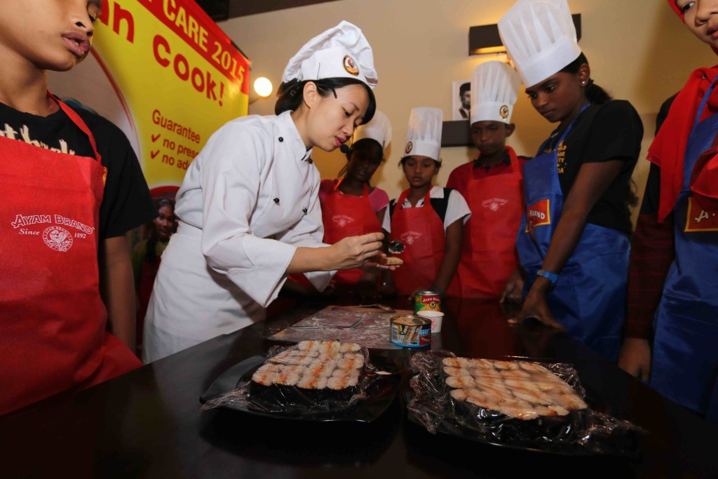 Chef Loke, showing the kids on the easy methods of preparing a healthy meal at home.