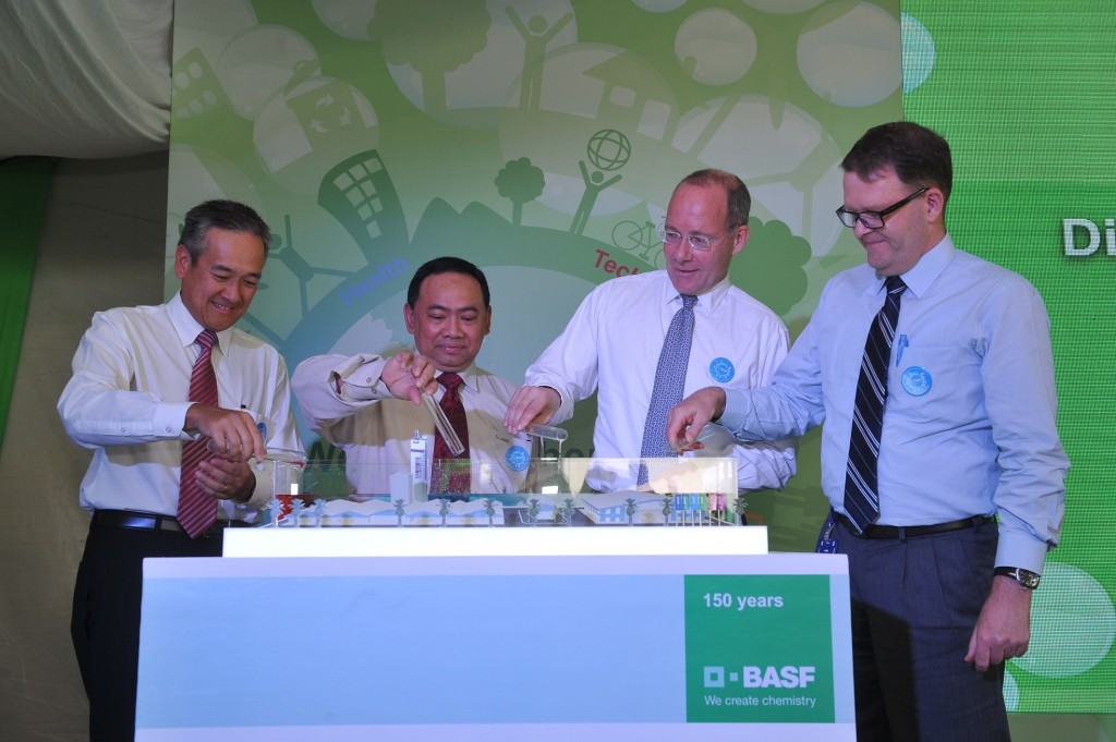 (L-R) Daniel Loh, Managing Director of BASF (Malaysia) Sdn Bhd; Mohd Shukri Mohd Masbah, General Manager of Johor State Investment Centre; Dr. Markus Kramer, President of BASF Dispersions & Pigments and Jeff Knight, Senior Vice President of BASF Dispersions & Pigments Asia Pacific during the official launch ceremony of BASF first polymer dispersions plant in Malaysia.
