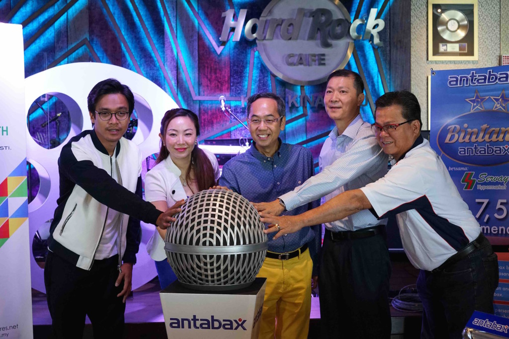 (From Left) En. Azwan Kombos, Group Product Manager, Marketing Division, Household and Personal Care, Lam Soon Edibles Oils Sdn Bhd, Ms Angeline Sim, CEO of Metrowealth International Group, Mejar (K) David Teo, Merchandising Manager of Servay Hypermarket (Sabah) Sdn Bhd, Mr. Antony Siau, General Manager (Sabah), Lam Soon Edible Oils Sdn Bhd, Mr. Paul Voo launched the Bintang Antabax Bersama Servay star search campaign.