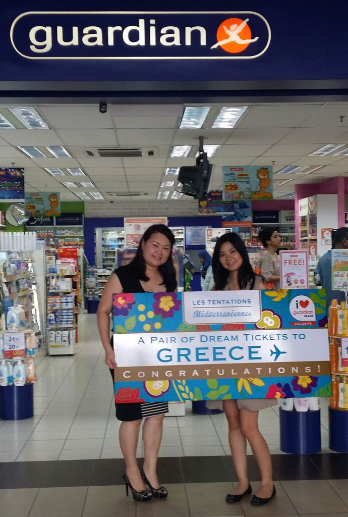 Ms Cheryl Young, Corporate Brand Marketing Manager, Group Health & Beauty Private Label, The Dairy Farm handing over the prize to Ms. Chong Yit Yew, the winner of the Les Tentations Méditerranéennes Bath & Body Care Greece Getaway contest