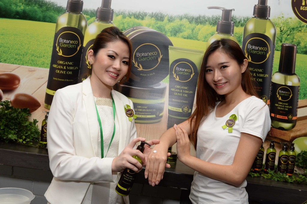 Ms Evelyn Tay (left), Guardian Beauty Ambassador trainer, detailing how and when the Botaneco Garden Organic Argan & Virgin Olive Oil Body Collection should be used to maximize the benefits of the ingredients