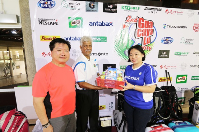 Gua Caya Lu, [middle] Dato' Dina Rizal, President of Kelab Sukan Sports Unite, received the sponsorship from Mandy Lee , Senior Brand Manager, Lam Soon Edible Oils Sdn Bhd, looking on, Allan Khong , Executive Director, Lam Soon Edible Oils Sdn Bhd.