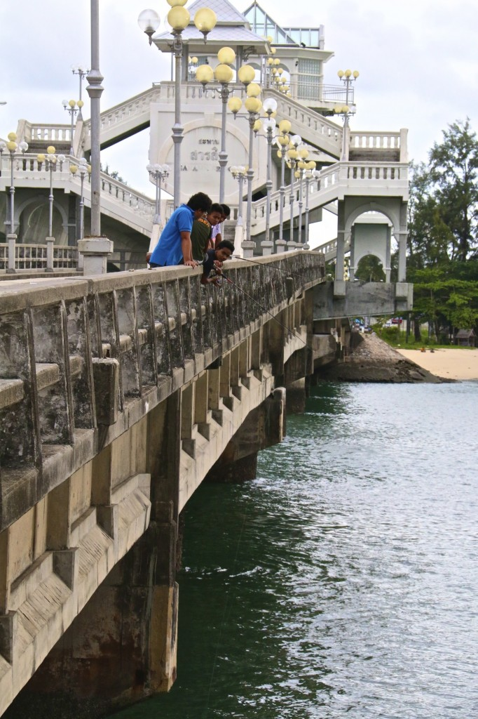 What the people loves to do on Sarasin Bridge other than a slow walk
