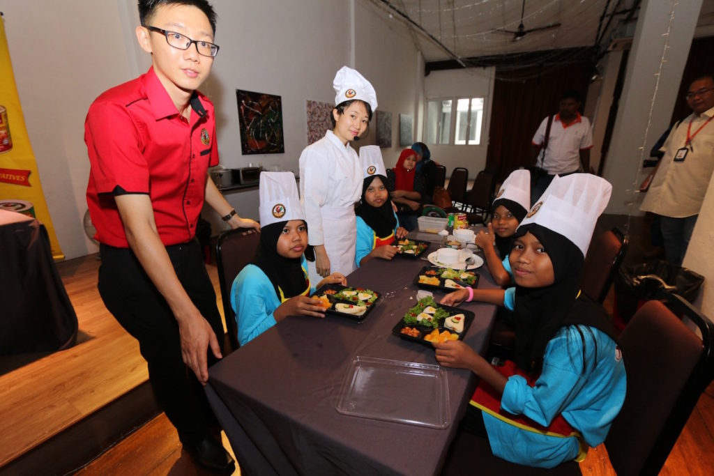 Nicholas from Ayam Brand and Chef Loke looking happy with the bento sets prepared by the participants