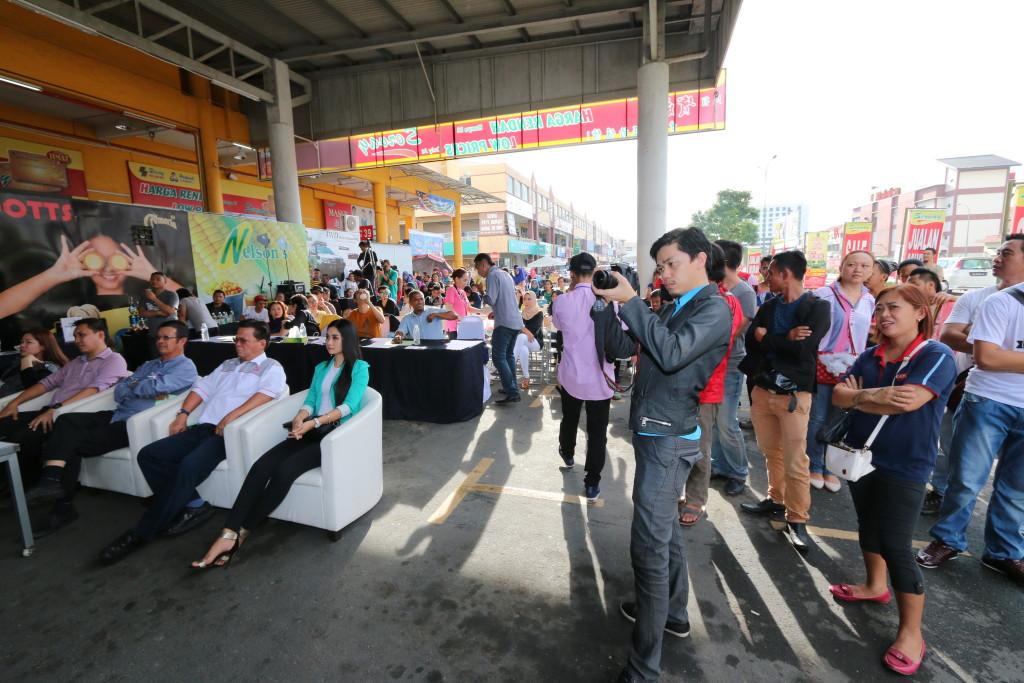 The packed crowd at Servay Putatan, Kota Kinabalu