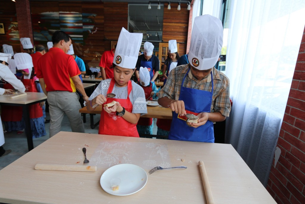 With full concentration, Kids Can Cook