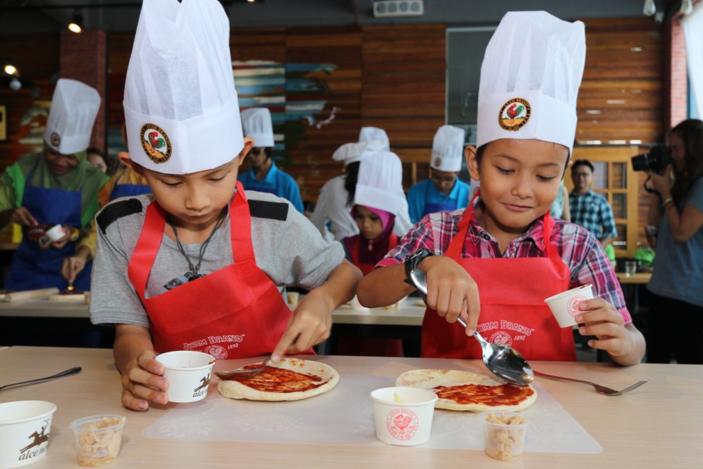 Participants of Kids Can Cook, having the joy and knowledge in preparing the healthy meals, by themselves