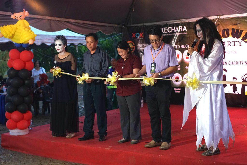 Ribbon cutting during the opening ceremony on stage. (From left) Celebrity Host Phng Li Kim, Yang Berhormat Lee Chin Chen, Pastor Kok Yek Yee, Yang Berusaha Lim Sang Hong and DJ Wayne Thong.