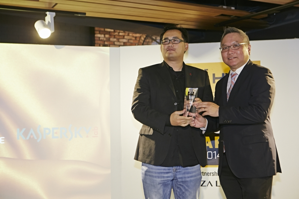 Mr. Jimmy Fong, Channel Sales Director, Kaspersky Lab SEA received the award of Best Security Software from Mr. Michael Lee, General Manager of Plaza Low Yat.