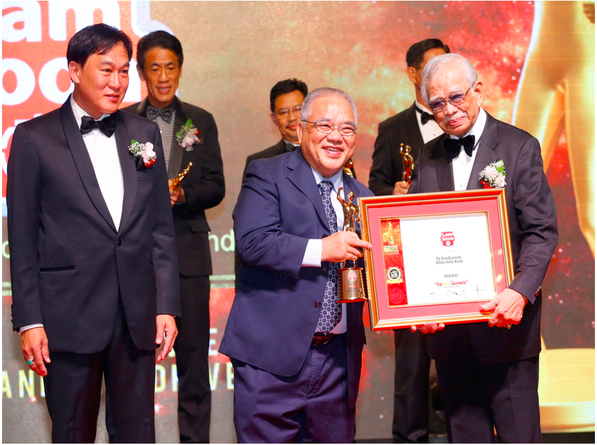 Man of the Year! Lam Soon Senior Executive Director, Mr. Kuek Bak Heng receiving the the Brand Laureate Brand Leadership FMCG Man of the Year award