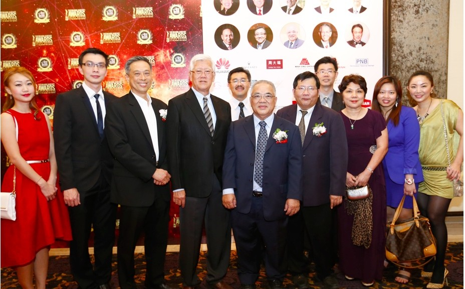 Mr. Kuek Bak Heng with the Lam Soon Team with their awards for Billion Dollar Brand, Brand Leadership FMCG Man of the Year, Platinum Brand for Knife Cooking Oil and Signature Brand for Antabax