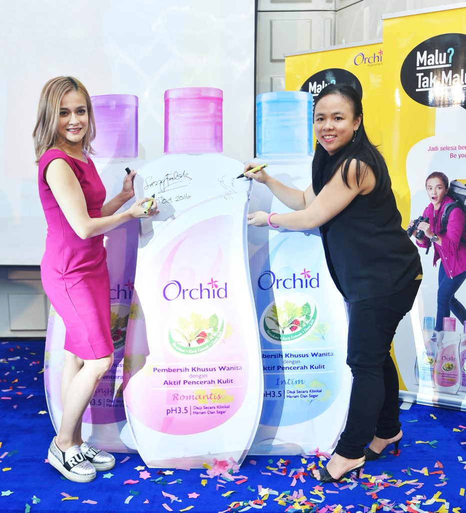 Ms Sazzy Falak (Left) and Ms Tan Joo In (Right), Product Manager, Household & Personal Care, Marketing Division of Lam Soon Edible Oils Sdn Bhd, officially launching Orchid Feminine Wash and its feminine empowerment campaign, #Malu?TakMalu!