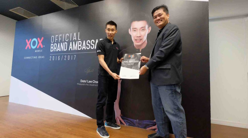 Dato' Lee Chong Wei holding the signed contract together with Mr. Ng Kok Heng, XOX Bhd Group CEO