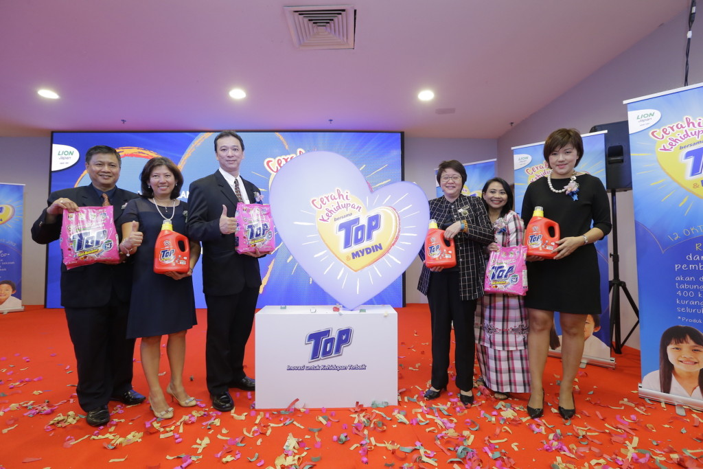 Cerahi Kehidupan!  Give the kids a brighter future with TOP & Mydin! (from left) Mr. Edward Liew, Deputy Managing Director of Southern Lion Sdn Bhd, Ms Christina Yong, Marketing Director of Southern Lion Sdn Bhd, Mr. Robin Loh, Sales Director of Lam Soon Edible Oils Sdn Bhd, Yang Berhormat Senator Datin Paduka Chew Mei Fun, Deputy Minister, Ministry of Women, Family and Community Development, Pn. Sabariah Bt Hj Mohd, Head of Marketing and Brand Communications Division, MYDIN MOHAMED Holdings Bhd and Ms Carmen Foo, Senior Marketing Manager, Southern Lion Sdn Bhd.
