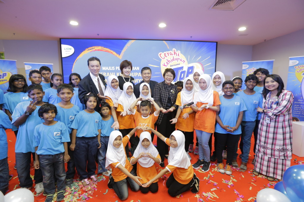 At the launch of Cerahi Kehidupan Bersama TOP & Mydin, Yang Berhormat Senator Datin Paduka Chew Mei Fun, Deputy Minister, Ministry of Women, Family and Community Development, enjoyed a performance put together by the kids from RACTAR and Rumah KIDS.