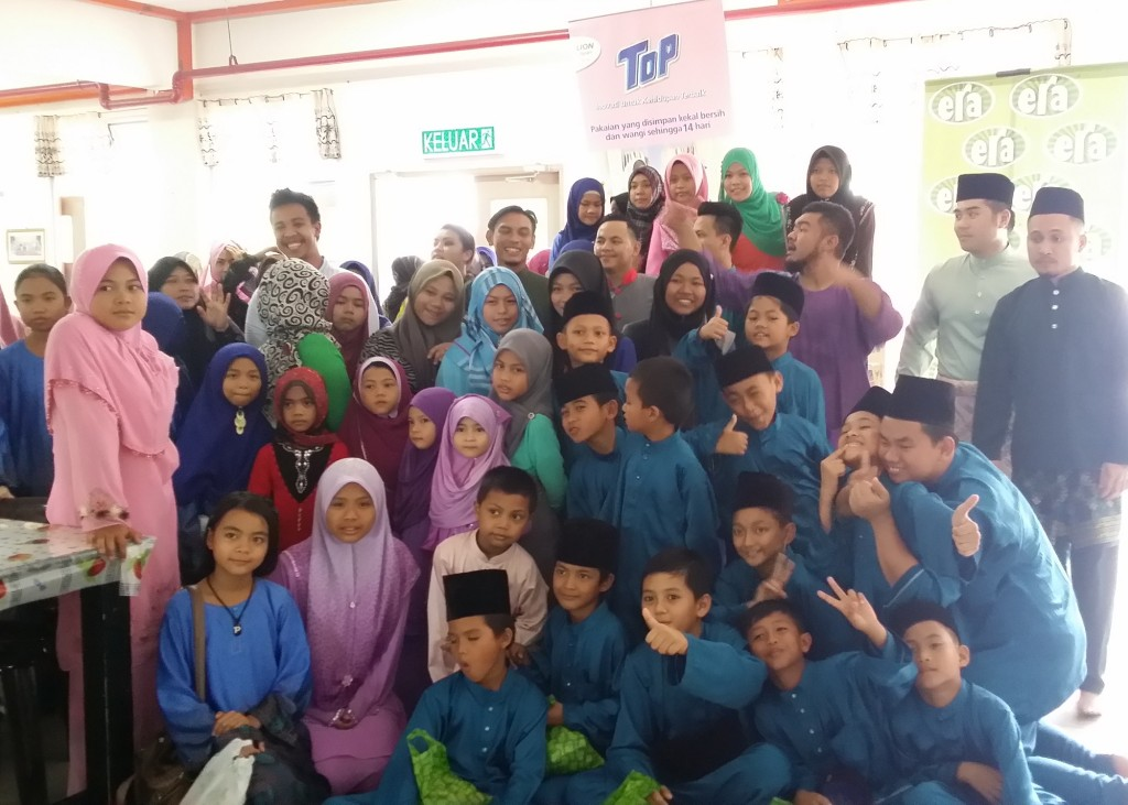 ERA fm celebrity deejays with children and representatives of PERYATIM during the Gaya Raya Bersama TOP Open House.